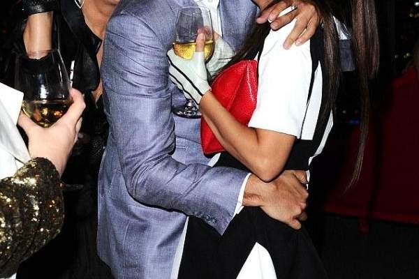 كورتني كارداشيان تتلقّى قبلة حميمة من حبيبها في العلن