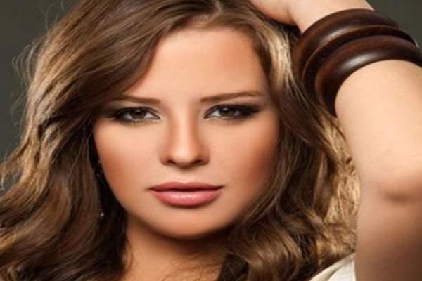 إيمان العاصي محمد رجب فنان كبير وسعيدة بالعمل معه