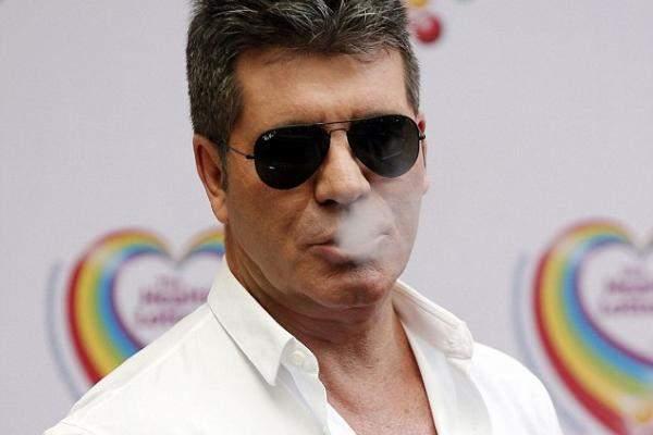 سايمون كاول يظهر عشقه للتدخين .. على طريقته الخاصة