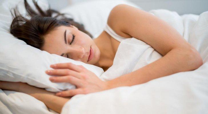 لهذا السبب ينصح بارتداء وشاح للشعر أثناء النوم