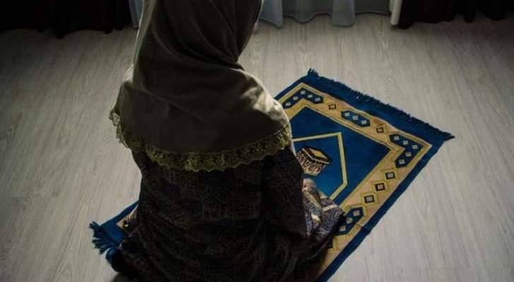 بعد وفاة والدها.. ممثلة عراقية ترتدي الحجاب وتزور كربلاء -بالصورة