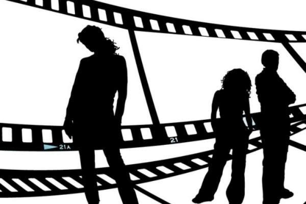 موجة انتقادات تطال ممثلة خليجية بعد أن ضحكت على موت والدها – بالفيديو