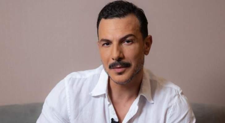 بالصورة- باسل خياط بإطلالة جديدة في كواليس مهرجان الجونة السينمائي