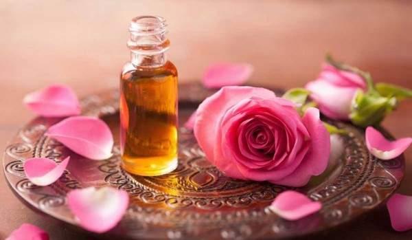 زيت الورد يساعد على تفتيح البشرة وعلاج الترهلات