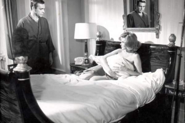 وفاة مولي بيترز أول ممثلة تتعرى في أفلام جيمس بوند عن 75 عاما