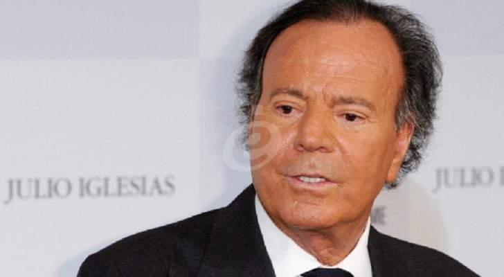 خوليو إيغليسياس إرتبط إسمه بالجنس.. وتزوج من حبيبته بعد 5 أبناء