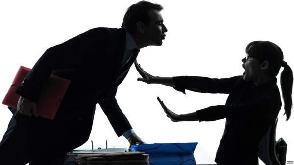 استاذ حاول التحرش بطالبة على المسرح وحاول تقبيلها بالقوة