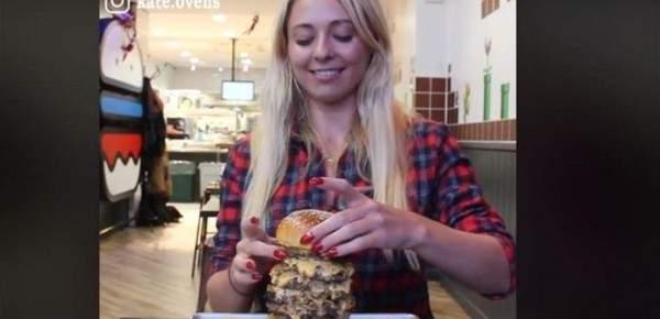"""فتاة تخوض تحدي """"البرغر"""".. تناولت 9 طبقات في 22 دقيقة - بالفيديو"""