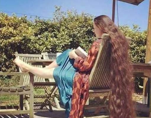 فتاة لم تغسل شعرها منذ 20 عاماً وطوله يصل إلى الأرض.. بالصور