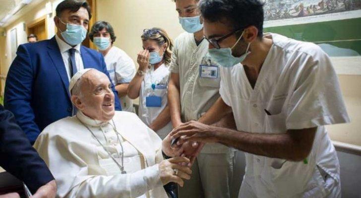 البابا فرنسيس يغادر المستشفى ويتمائل للشفاء