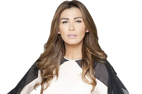 بعد ان حفرت المعجبة اسم نادين الراسي على يدها.. كيف علقت الممثلة؟