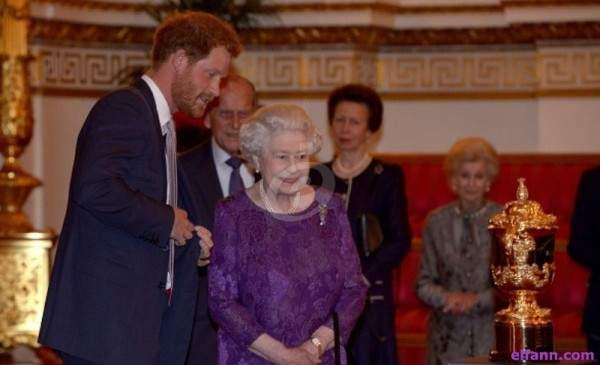 هكذا عايدت الملكة إليزابيث حفيدها الأمير هاري لمناسبة عيد ميلاده-بالصورة