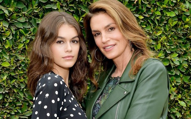 إبنة سيندي كروفرد تحدث ضجة بجمالها.. وهل تشبه والدتها؟ بالصور