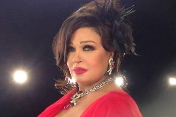 فيفي عبده  تخطف الأنظار بمعطف فرو زهري اللون – بالصورة