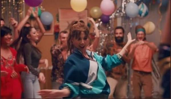 """نانسي عجرم """"تولّع الجو"""" برقصها العفوي في منزل أصدقائها- بالفيديو"""