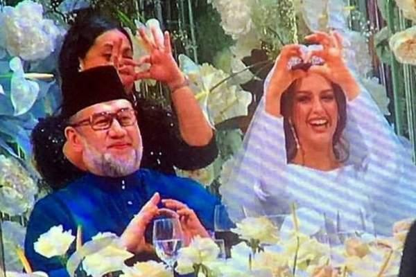 ملك ماليزيا يتنظر طفله الأول من زوجته ملكة الجمال الروسية