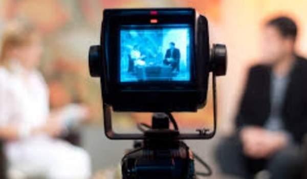 إعلامية كادت تقع عن الكرسي على الهواء مباشرةً- بالفيديو
