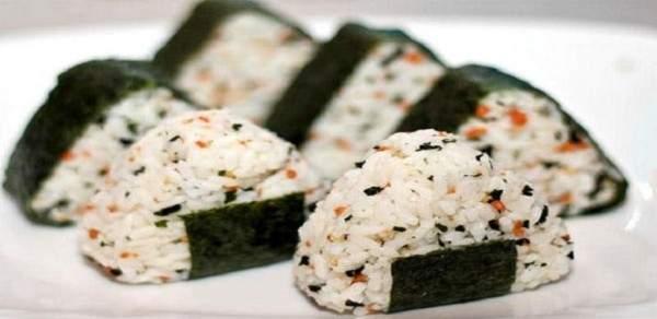 خطوات تحضير كرات الأرز اليابانية بحشوات مختلفة في المنزل