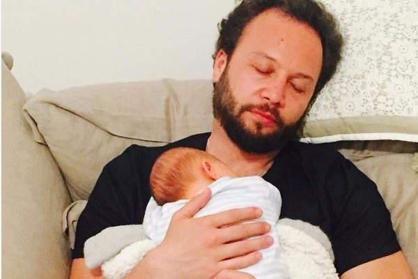 صورة مؤثّرة لـ مكسيم خليل مع مولوده الجديد