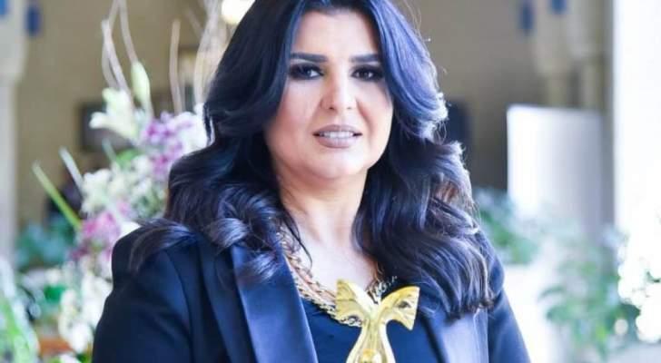 منى الشاذلي تحصل على درع المرأة العربية للمسؤولية المجتمعية