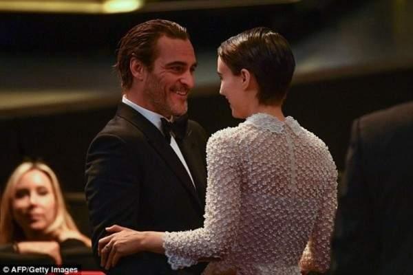 خواكين فينيكس يتسلم جائزة أفضل ممثل وعلاقته بـ روني مارا تنفضح ..بالصور