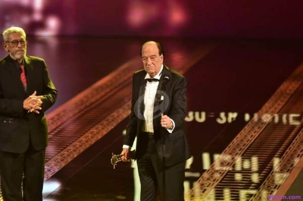 إفتتاح الدورة الـ 40 من مهرجان القاهرة السينمائي :شريف منير يتحول إلى عازف وحسن حسني يتلقى التكريم