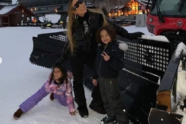 ماريا كاري مع ولديها على الجليد