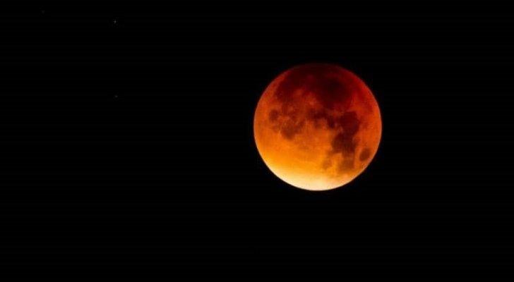 """العالم على موعد مع """"القمر الدامي"""".. هل سنتمكن من مشاهدته؟"""