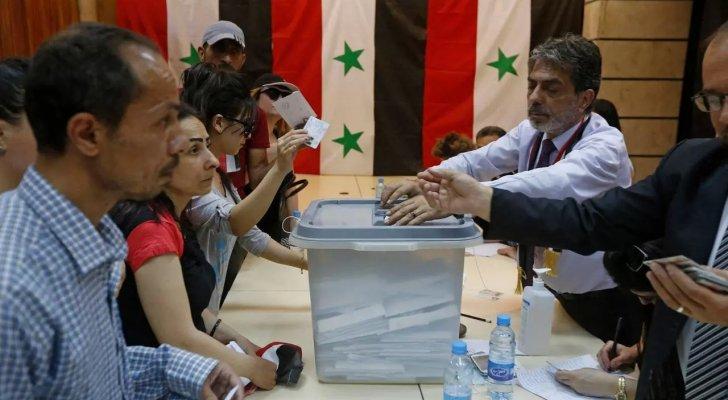 بالصور- دريد لحام وشكران مرتجى وسلاف فواخرجي وغيرهم يدلون بأصواتهم بالإنتخابات السورية