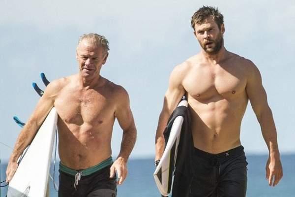 كريس هيمسوورث ووالده يستعرضان بنيتهما الجسدية على الشاطئ ..بالصور
