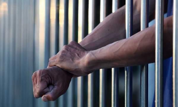 حبيبة فنان شهير تزوره في السجن حيث يعيش برفاهية تامة - بالصورة