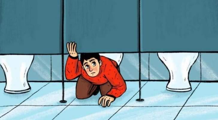 لماذا تترك أبواب المراحيض العامة عالية عن الأرض؟