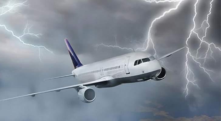 لحظات مرعبة لطائرة ضربتها صاعقة – بالفيديو