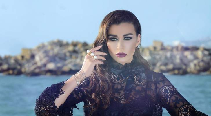 نادين الراسي على شاطئ البحر في المغيب وتعبر عن شوقها لإحتضان أبنائها- بالصورة