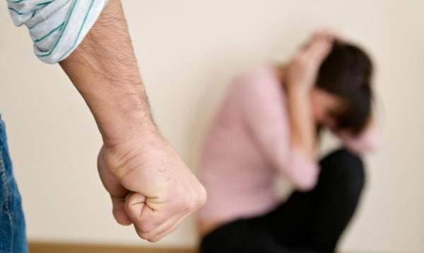 نجم شهير ينهال بالضرب على حبيبته مباشرة على الهواء – بالصورة