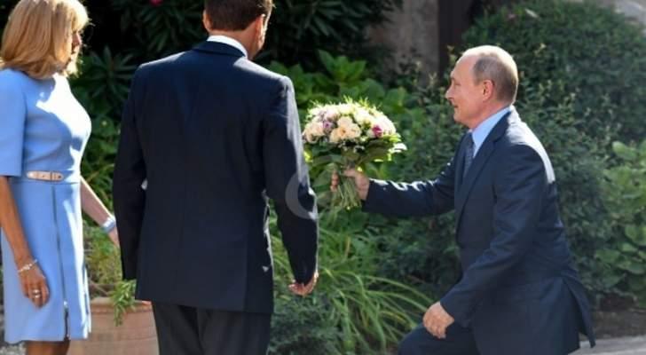 بعد إيلامها أمام بوتين ..شاهدوا ردة فعل زوجة ماكرون- بالفيديو