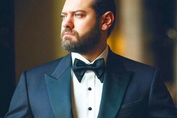 """عمرو يوسف يعرض """"مانغو"""" للبيع.. والجمهور يتفاعل- بالصورة"""