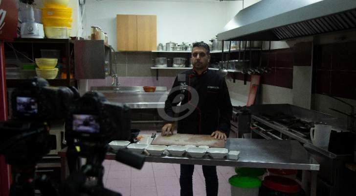 """خاص وبالفيديو- أطيب """"كوسا محشي بالبندورة"""" مع الشيف محمد عبد المنعم ونصائح مهمة لتجنب كسر الكوسا خلال النقر والطهي"""