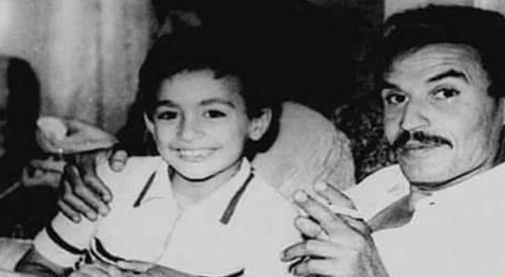 من هو هذا الطفل الذي يجلس مع عزت العلايلي وأصبح ممثلاً شهيراً؟
