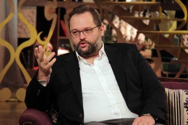 محمد محمود عبد العزيز يطلب الدعاء لوالده من أمام قبره-بالصورة