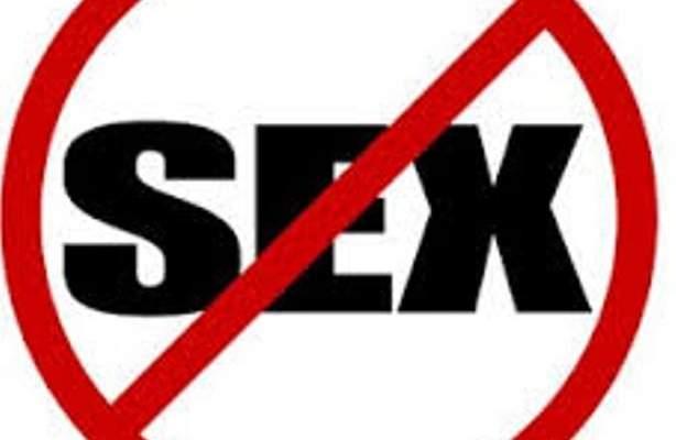 ممثلة شهيرة تدعو النساء للإضراب عن الجنس