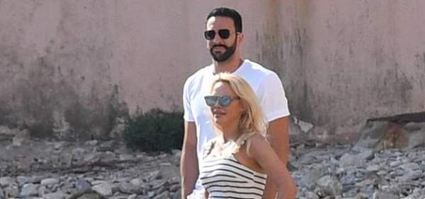 باميلا أندرسون مع حبيبها الجديد رامي عادل على الشاطئ