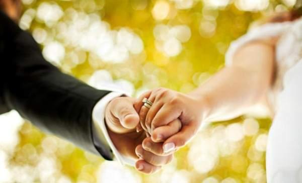 فاجأ حبيبته وطلب يدها للزواج على السجادة الحمراء في مهرجان كان! بالفيديو