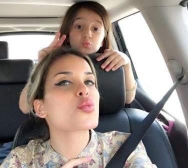 دومينيك حوراني وإبنتها ديلارا تودعان العام الدراسي بصورة سيلفي