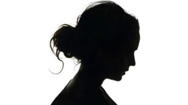 فنانة تظهر عارية وتضرب مؤخرتها-بالفيديو
