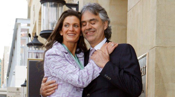 أندريا بوتشيللي وزوجته فيرونيكا بيرتي يخطفان الانظار في مهرجان البندقية