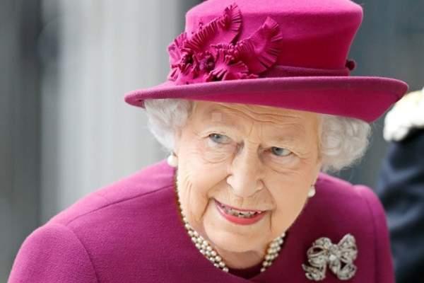 الملكة إليزابيث تثير الجدل حول فقدانها السمع- بالصور