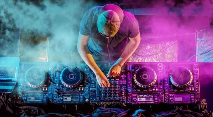 """شاهدوا كيف وقع هذا الـ""""DJ"""" الشهير من على المسرح! بالفيديو"""
