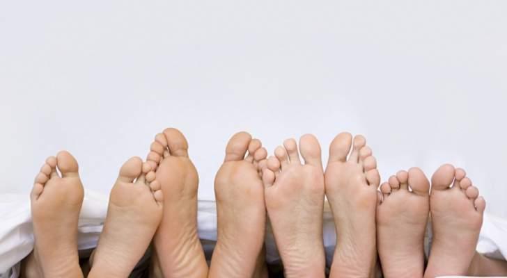 فوائد غير متوقعة للمشي من دون أحذية