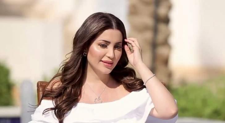 بالصورة- نسرين طافش تضج أنوثة بفستانها على شاطئ البحر